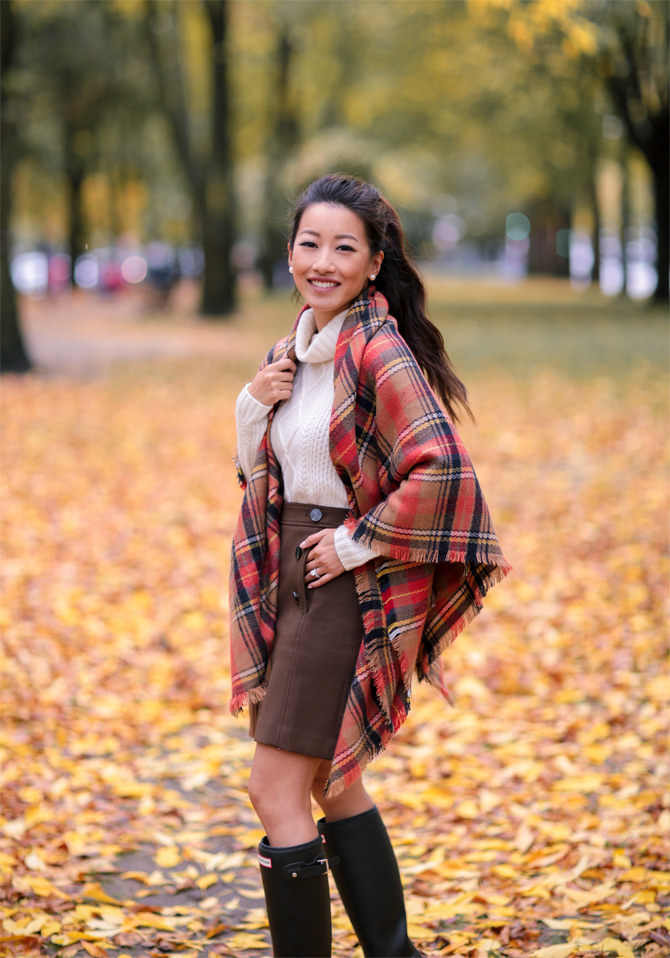fall casual outfit hunter rain boots plaid cape scarf